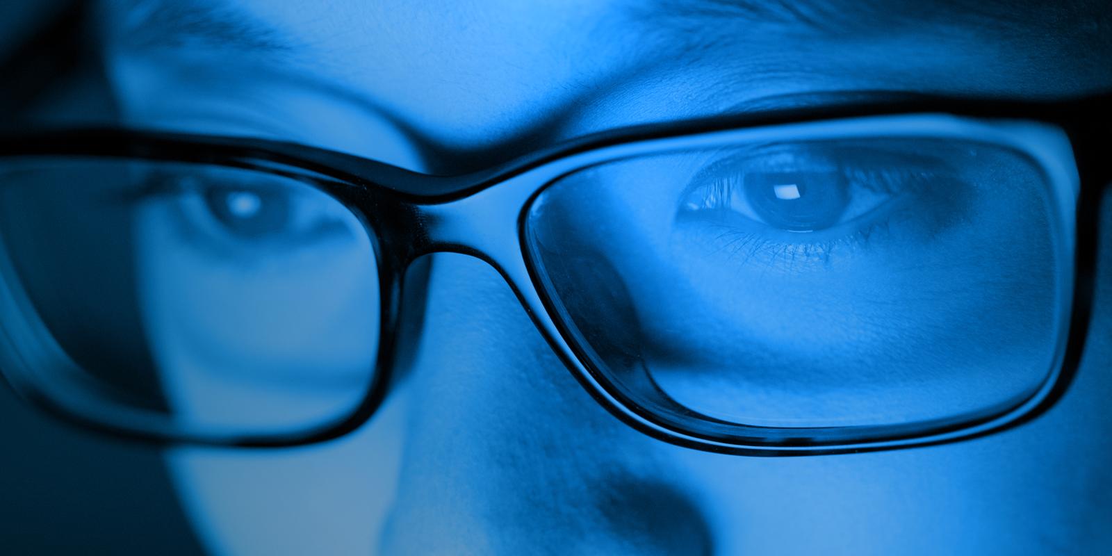ánh sáng xanh gây tổn thương mắt