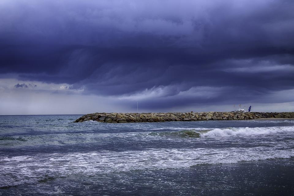 không tắm biển khi dông bão