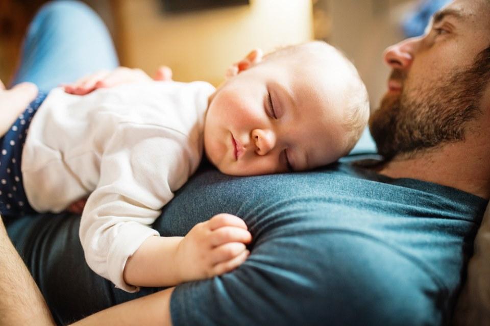 trẻ ngủ gật sau khi khóc