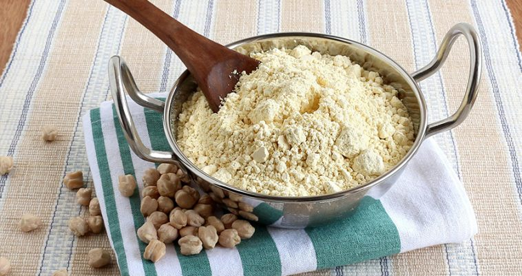 Xay các loại hạt để làm bột ngũ cốc
