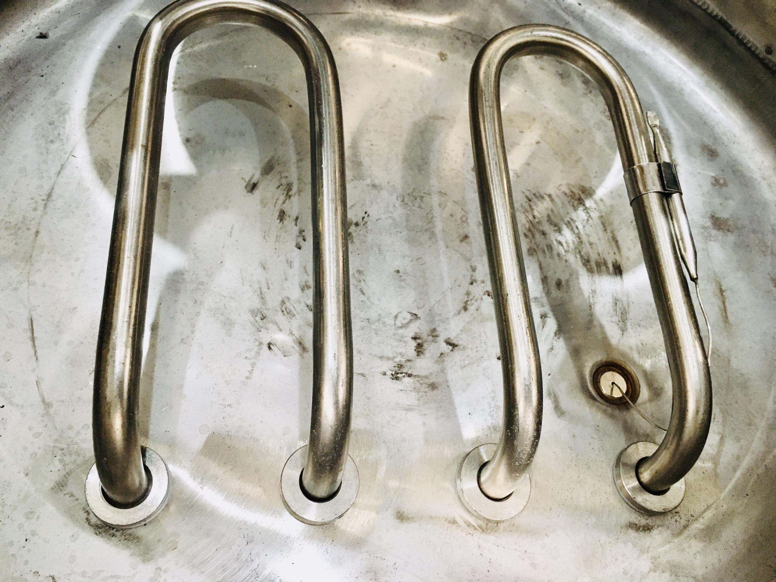 Thanh nhiệt được lắp ở đâu trong nồi nấu phở?